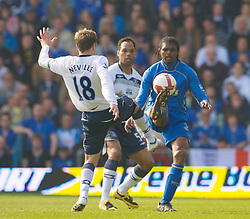 PORTSMOUTH, ENGLAND - Saturday, March 21, 2009: Everton's Phil Neville and Portsmouth's Nwankwo Kanu during the Premiership match at Fratton Park. (Photo by David Rawcliffe/Propaganda)