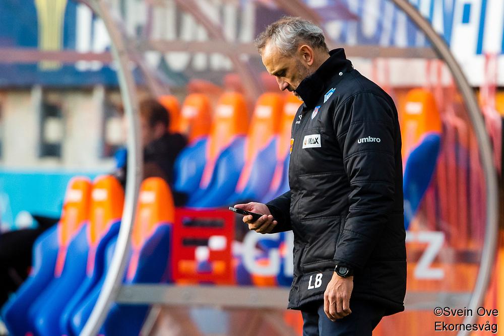1. divisjon fotball 2018: Aalesund - Levanger (4-0). Aalesunds trener Lars Bohinen sjekker mobilen i kampen i 1. divisjon i fotball mellom Aalesund og Levanger på Color Line Stadion.