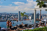Singapour, Marina Bay, la piscine au sommet de l'hotel  Marina Bay Sands //Singapore, Marina Bay, swimming-pool on the rooftop of Marina Bay Sands hotel