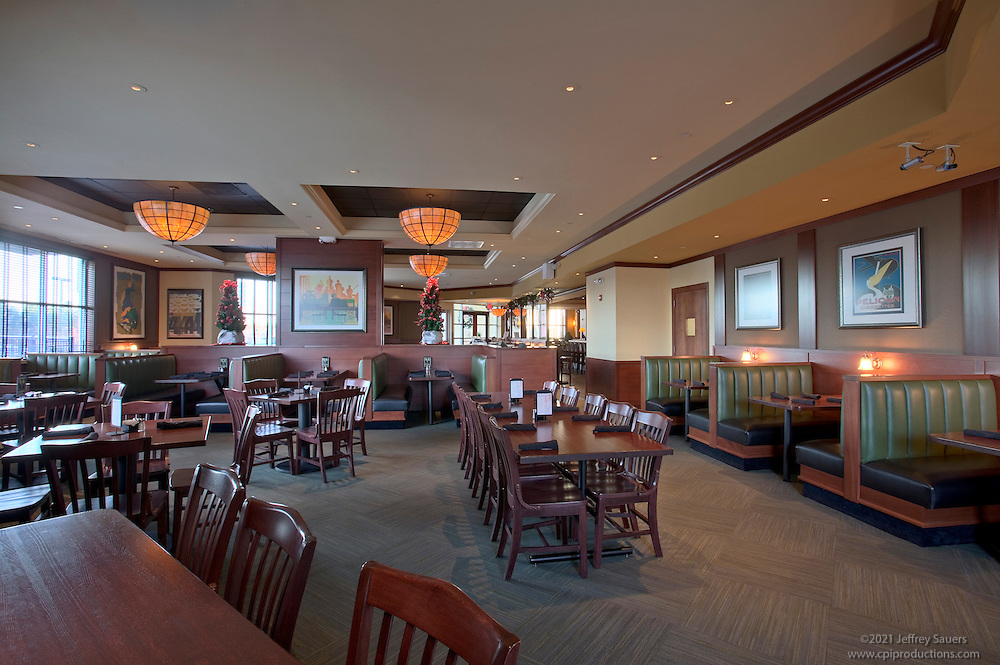 Architectural Interior image of Houlihan's Restaurant in Dulles, Virginia by Jeffrey Sauers of Commercial Photographics