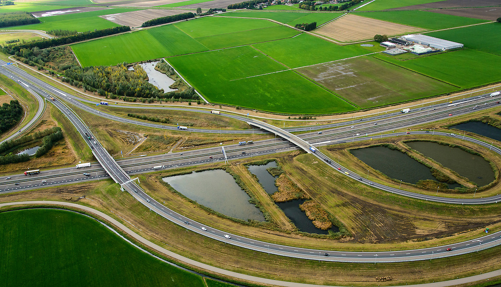 Nederland, Noord-Brabant, Moerdijk, 23-10-2013; knooppunt Klaverpolder is een zogenaamd trompetknooppunt, waarbij Rijksweg A17 begint vanuit de A16. Megastallen rechtsboven.<br /> Junction Klaverpolder in  Southern Netherlands. Mega stables top right<br /> luchtfoto (toeslag op standaard tarieven);<br /> aerial photo (additional fee required);<br /> copyright foto/photo Siebe Swart.