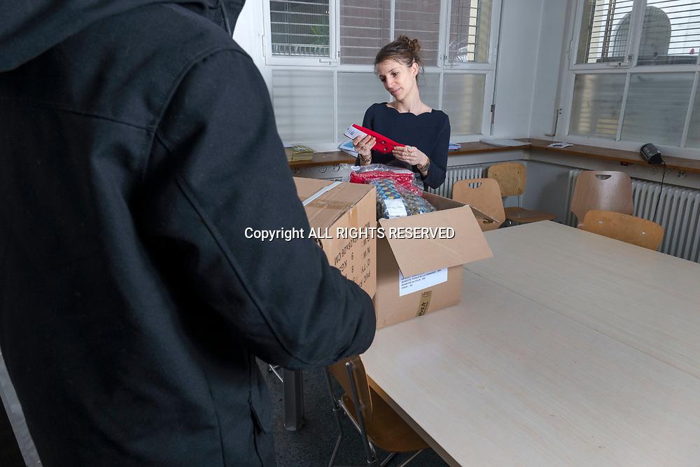 Genève, février 2017. Aude, fondatrice de la petite entreprise Sock's factory reçoit une livraison d'échantillons. © Olivier Vogelsang