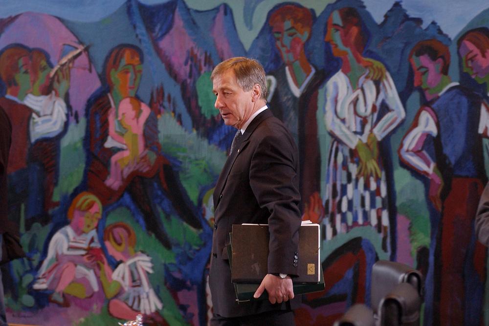 05 FEB 2003, BERLIN/GERMANY:<br /> Wolfgang Clement, SPD, Bundeswirtschaftsminister, vor Beginn der Kabinettsitzung, Bundeskanzleramt<br /> IMAGE: 20030205-01-004<br /> KEYWORDS: Kabinett, Sitzung
