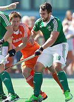 ALMERE -Thierry Brinkman (m) met de Ier Drwe Carlisle (r)  tijdens de interland tussen de mannen van Nederland en Ierland (3-2) ter voorbereiding van het EK dat eind augustus in Londen wordt gehouden. COPYRIGHT KOEN SUYK