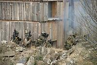 """03 APR 2012, LEHNIN/GERMANY:<br /> Kampfschwimmer der Bundeswehr trainieren """"an Land"""" infanteristische Kampf, hier Haeuserkampf- und Geiselbefreiungsszenarien auf einem Truppenuebungsplatz<br /> IMAGE: 20120403-01-129<br /> KEYWORDS: Marine, Bundesmarine, Soldat, Soldaten, Armee, Streitkraefte, Spezialkraefte, Spezialkräfte, Kommandoeinsatz, Übung, Uebung, Training, Spezialisierten Einsatzkraeften Marine, Waffentaucher"""