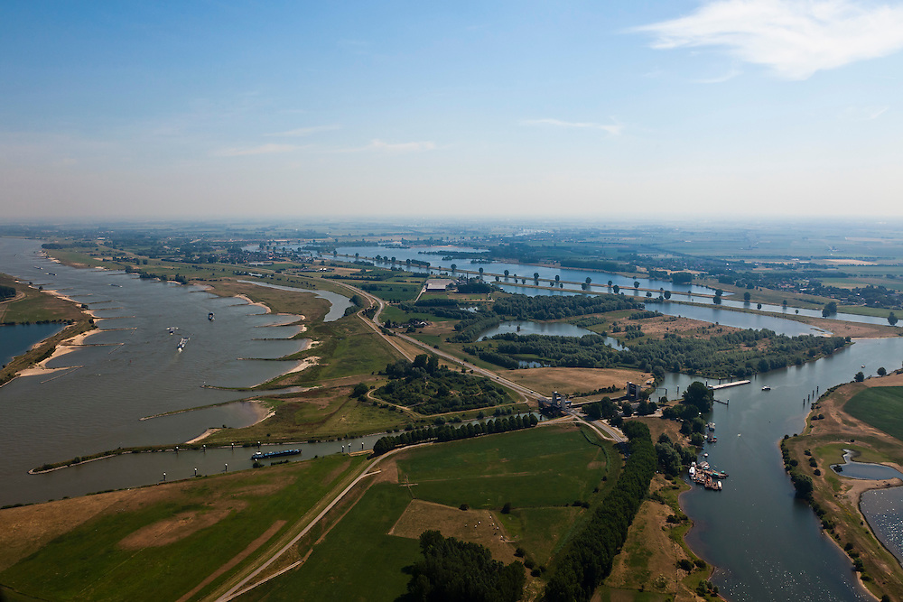 Nederland, Gelderland, Sint Andries, 08-07-2010; zicht op het Land van Maas en Waal in Noordoostelijke richting, links de Waal, rechts de Maas) met in de voorgrond Kanaal van Sint Andries, met schutsluis. Op deze plek, in de Gemeente Heerwaarden, naderen de twee rivieren elkaar het meest. Boven het kanaal een voormalig fort..View of the Land of Maas and Waal in Northeast direction, left the Waal, river meuse right and in the foreground St Andrews Channel, with lock. On this location, the two rivers approach each other the most, which in the past gave problems at high water levels. Above the channel a former fort..luchtfoto (toeslag), aerial photo (additional fee required).foto/photo Siebe Swart