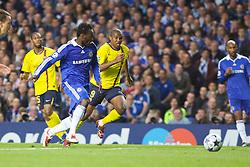 LONDON, ENGLAND - Wednesday, May 6, 2009: Chelsea's Michael Essien and Barcelona's Samuel Eto'o during the UEFA Champions League Semi-Final 2nd Leg match at Stamford Bridge. (Photo by Carlo Baroncini/Propaganda)