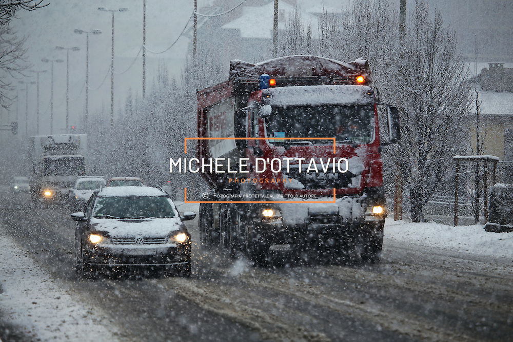 Difficult driving conditions on Turin's iced streets *** Local Caption *** snow, neve, city, città, night, nevicata, bianco, inverno, notturno