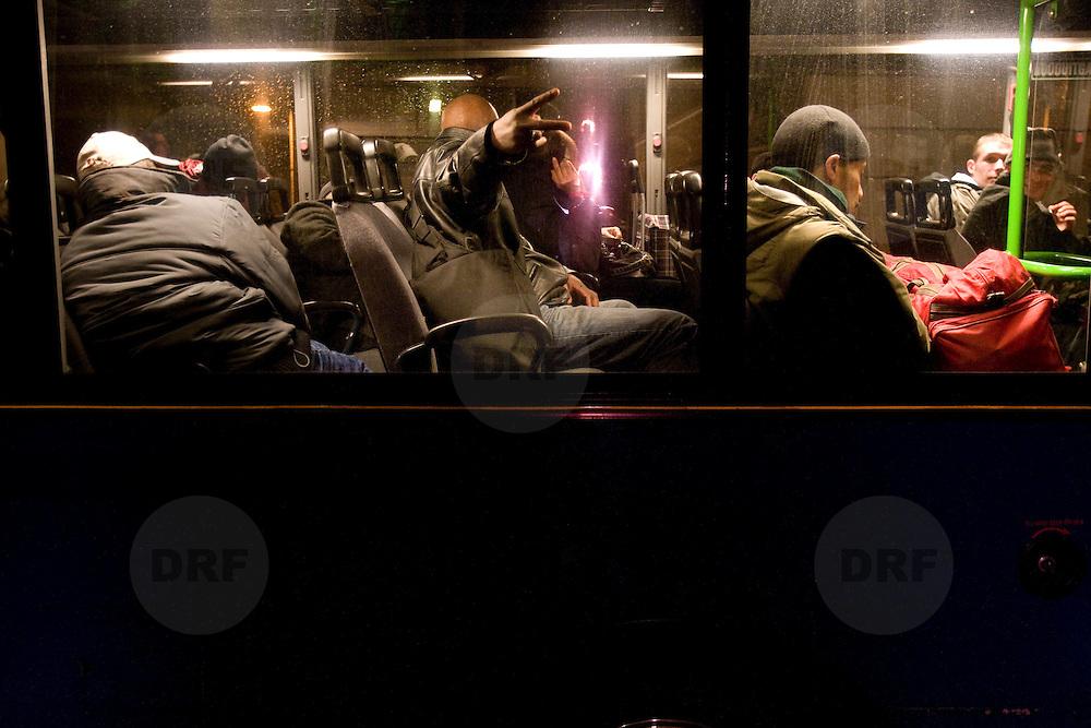 Nederland Rotterdam 26 november 2007 ..Daklozen worden per bus van de gemeente vervoerd naar de nieuwe nachtopvang aan de Waalhaven, welke de Pauluskerk vervangt nu deze niet meer bestaat. Om 22:00 worden zij opgehaald in het centrum van Rotterdam aan het Rodezand, een straat achter het Stadhuis van Rotterdam ...'s Nachts kunnen ze terecht in de nieuwe opvang aan de rand van het bedrijventerrein Waalhaven Zuid. De bezoekers worden met busjes heen en weer gebracht. De gemeente heeft de betrokken buurtbewoners per brief op de hoogte gesteld van het besluit. ??De groep dak- en thuislozen werd eerder opgevangen in de Pauluskerk, aan de Mauritsweg. Dat gaat niet langer omdat de Pauluskerk halverwege dit jaat gesloopt en herbouwd wordt. In het nieuwe gebouw is geen plek meer voor verslaafde daklozen..Daklozen verbannen naar rand van stad.DoorTJEERD AGEMA.ROTERDAM - Veel desolater kan een plek in Rotterdam niet zijn. Op het uiterste randje van industrieterrein Waalhaven... .?.Wethouder Jantine Kriens blikt vanuit een van de kamers over de onaantrekkelijke omgeving. .kilometers verwijderd van de bewoonde wereld, is gistermiddag de nieuwe nachtopvang voor verslaafde daklozen van de Pauluskerk geopend. Vanaf halverwege de maand worden de tachtig bedden er beslapen...Blij is eigenlijk niemand met de plek. Wethouder Jantine Kriens is weliswaar opgetogen dat de opvang er nu is, maar vindt de plek tamelijk stigmatiserend. ..,,Een vreselijke plaats,'' noemt ook dominee Visser van de Pauluskerk het. ,,Midden in de wildernis van de industrie.'' De ondernemersvereniging omschrijft de Smirnoffweg als 'niet de juiste plaats' en Rien Platteschorre van de Nico Adriaan Stichting - die de opvang zal exploiteren - zegt: ,,Dit is psychologisch niet de juiste plaats.'' ..Toch is Platteschorre net als Visser en de wethouder al lang blij dat de verslaafden na een jaar zoeken ergens heen kunnen. De Pauluskerk wordt immers gesloopt. ,,Die mensen moeten toch ook kunnen slapen, een wasje doen en d