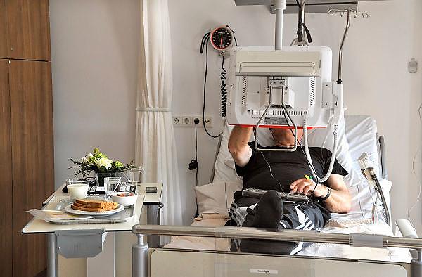 Nederland, Boxmeer, 22-4-2011Verhuizing van patienten van het oude Maasziekenhuis in  Boxmeer naar de moderne nieuwbouw aan de A77. De patienten hebben aan het bed een multifunctionele monitor die als touchscreen bediend kan worden en toepassingen heeft zoals bellen,internet,televisie,games,radio en ziekenhuismenu.Foto: Flip Franssen