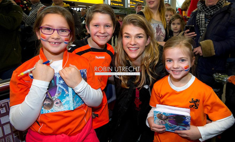 SCHIPHOL - De Nederlandse Handbalsters worden verwelkomd op luchthaven Schiphol na deelname aan het WK handbal in het Deense Herning.  COPYRIGHT ROBIN UTRECHT