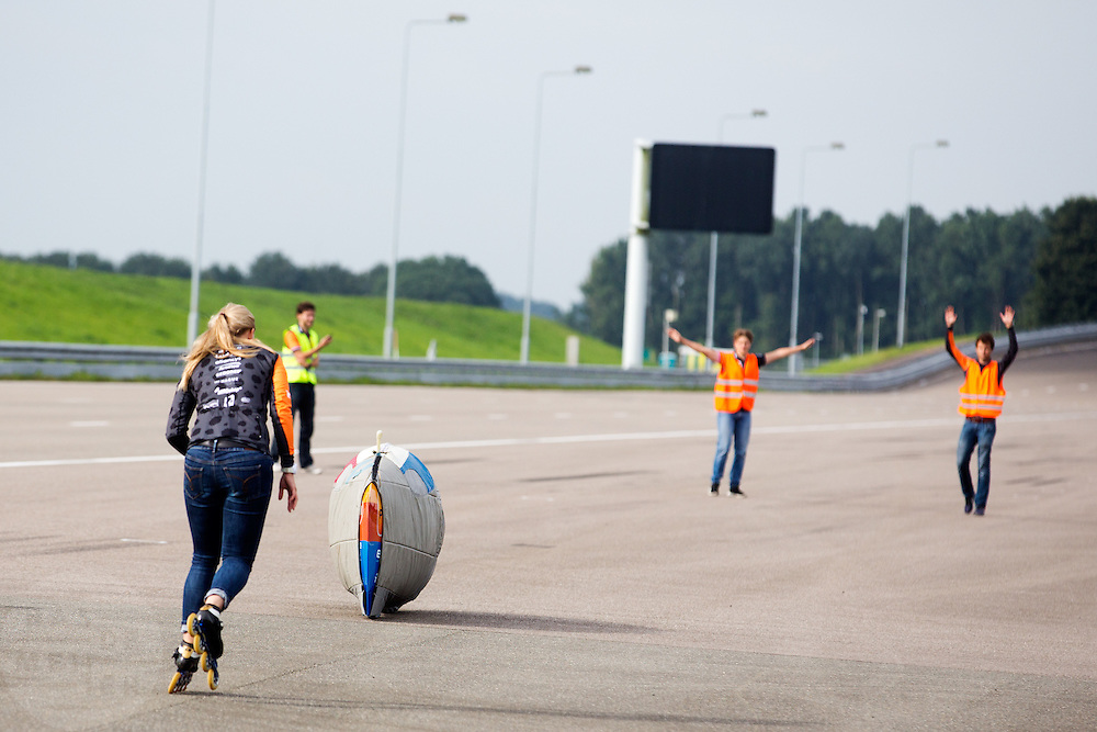 In Delft test het Human Power Team de VeloX 6, de nieuwe aerodynamische fiets, op de RDW baan. In september wil het Human Power Team Delft en Amsterdam, dat bestaat uit studenten van de TU Delft en de VU Amsterdam, tijdens de World Human Powered Speed Challenge in Nevada een poging doen het wereldrecord snelfietsen te verbreken. Het record is met 139,45 km/h sinds 2015 in handen van de Canadees Todd Reichert.<br /> <br /> With the special recumbent bike the Human Power Team Delft and Amsterdam, consisting of students of the TU Delft and the VU Amsterdam, also wants to set a new world record cycling in September at the World Human Powered Speed Challenge in Nevada. The current speed record is 139,45 km/h, set in 2015 by Todd Reichert.