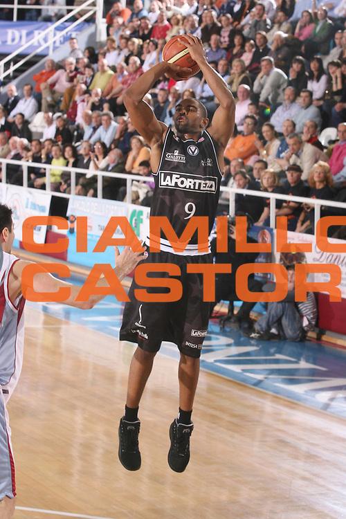 DESCRIZIONE : Rieti Lega A1 2007-08 Solsonica Rieti VidiVici Virtus Bologna <br /> GIOCATORE : Alan Anderson <br /> SQUADRA : VidiVici Virtus Bologna <br /> EVENTO : Campionato Lega A1 2007-2008 <br /> GARA : Solsonica Rieti VidiVici Virtus Bologna <br /> DATA : 29/03/2008 <br /> CATEGORIA : Tiro <br /> SPORT : Pallacanestro <br /> AUTORE : Agenzia Ciamillo-Castoria/G.Ciamillo <br /> Galleria : Lega Basket A1 2007-2008 <br /> Fotonotizia : Rieti Campionato Italiano Lega A1 2007-2008 Solsonica Rieti La Fortezza Virtus Bologna <br /> Predefinita :
