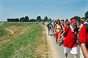 Nederland, Bemmel, 18-7-2006..De zon schijnt hevig op de lopers van de 4 daagse. Later werd in Nijmegen bekend dat er wandelaars overleden zijn, en werd het evenement voor het eerst in haar geschiedenis afgelast...Foto: Flip Franssen/Hollandse Hoogte
