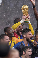 FUSSBALL  WM 2018  FINALE  ------- Frankreich - Kroatien    15.07.2018 Torwart Hugo Lloris  (Frankreich) jubelt mit dem WM Pokal