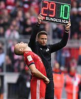 Fussball  1. Bundesliga  Saison 2018/2019  32. Spieltag  FC Bayern Muenchen - Hannover 96     04.05.2019 Einweichslung FC Bayern Muenchen; Arjen Robben kommt nach der langer Verletzungspause zurueck, vierter Offizieller Tobias Reichelt (hinten) ----DFL regulations prohibit any use of photographs as image sequences and/or quasi-video.----