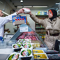 Nederland, Amsterdam, 2 februari 2016.<br /> Mona Ghadir uit de Transvaalbuurt doet boodschappen in de Pretoriastraat om falaffel te maken zoals hier bij de Turkse kruidenier Helal Et Gida<br /> <br /> Reportage of egyptian Mona Ghadir living in Amsterdam. Today she shops for ingredients and prepares typical egyptian dishes. <br /> <br /> <br /> Foto: Jean-Pierre Jans