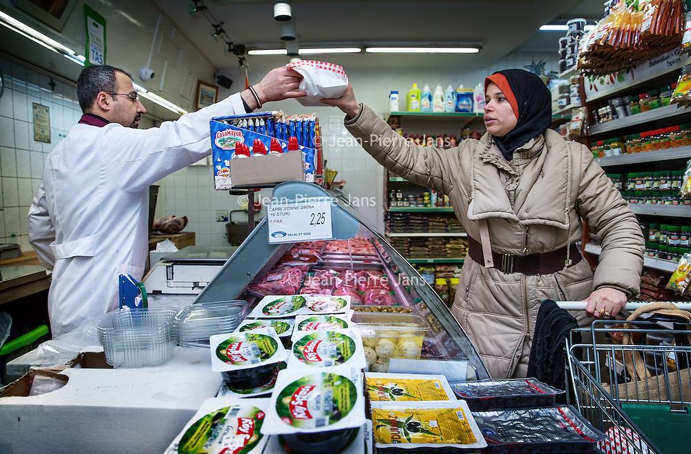 Nederland, Amsterdam, 2 februari 2016.<br /> Mona Ghadir uit de Transvaalbuurt doet boodschappen in de Pretoriastraat om falaffel te maken zoals hier bij de Turkse kruidenier Helal Et Gida<br /> <br /> Reportage of egyptian Mona Ghadir living in Amsterdam. Today she shops for ingredients and prepares typical egyptian dishes. <br /> <br /> <br /> Foto: Jean-Pierre Jans
