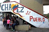 SAÚDE DE CHÁVEZ -  CARACAS - 04/01/2013 .INTERNACIONAL -  Moradores de Caracas da Zona Oeste. Hugo Chávez, que foi operado em Cuba em dezembro último em decorrência de um câncer e tem enfrentado um pós-operatório difícil.  FOTO: DANIEL GUIMARÃES/FRAME