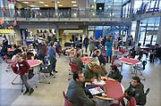 Nederland, Nijmegen, 20-2-2016Open dag middelbare school. DominicuscollegeDe open dagen van het middelbaar onderwijs. Hier zijn leerlingen kinderen uit groep acht van de basisschool en hun ouders aan het kijken in een middelbare school.Foto: Flip Franssen/Hollandse Hoogte