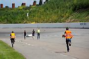 Teamleden rennen naar de VeloX4 als Christien Veelenturf is gevallen. In Ysselsteyn test het HPT de nieuwe fiets op de Raceway baan met hun vrouwelijke rijder Christien Veelenturf. In september wil het Human Power Team Delft en Amsterdam, dat bestaat uit studenten van de TU Delft en de VU Amsterdam, een poging doen het wereldrecord snelfietsen te verbreken, dat nu op 133 km/h staat tijdens de World Human Powered Speed Challenge.<br /> <br /> In Ysselsetyn the HPT is testing their new bike. With the special recumbent bike the Human Power Team Delft and Amsterdam, consisting of students of the TU Delft and the VU Amsterdam, also wants to set a new world record cycling in September at the World Human Powered Speed Challenge. The current speed record is 133 km/h.