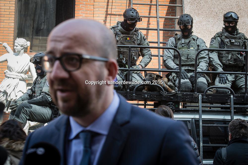 Demonstratie van de speciale eenheden van de federale politie en debriefing bij bezoek van ministers Charles Michel en Jan Jambon.Charles Michel spreekt met de pers, speciale eenheid in de achtergrond