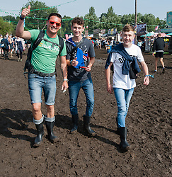 © Licensed to London News Pictures. 30/08/2015. Reading, UK.  Festival goers at Reading Festival 2015, Day 3 Sunday walk through muddy conditions..  Photo credit: Richard Isaac/LNP