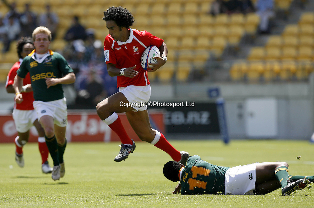 Tonga's Stanley Afeaki (C) beats South Africa's Mzwandile Stick (R) in a first round match in the International sevens rugby tournament at Westpac Stadium in Wellington, February 3, 2006.   PHOTO  Anthony Phelps/PHOTOSPORT