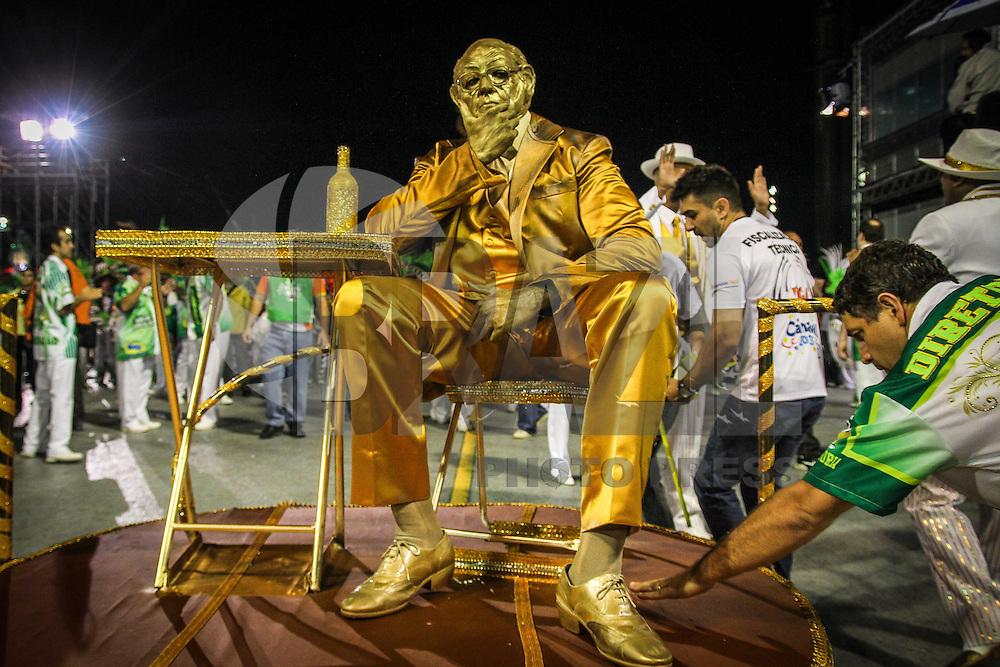SAO PAULO, SP, 09 FEVEREIRO 2013 - CARNAVAL SP - MANCHA VERDE CONCENTRAÇÃO   - Integrantes da escola de samba Mancha Verde na concentração antesdo  desfile no primeiro dia do Grupo Especial no Sambódromo do Anhembi na região norte da capital paulista, na madrugada deste sábado, 09. (FOTO: ALE VIANNA / BRAZIL PHOTO PRESS).