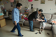 P&eacute;kin, le 14 mai 2014<br /> Amy, et ses beaux-parents pr&eacute;parent Li Mingmo pour une sortie au parc.