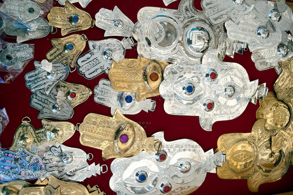 Roma 30 Agosto 2011.Il mercato con i cibi  del mondo arabo fuori alla grande Moschea di Roma..La mano di fatima anche nota come Khamsa è un amuleto caratteristico delle religioni musulmana..