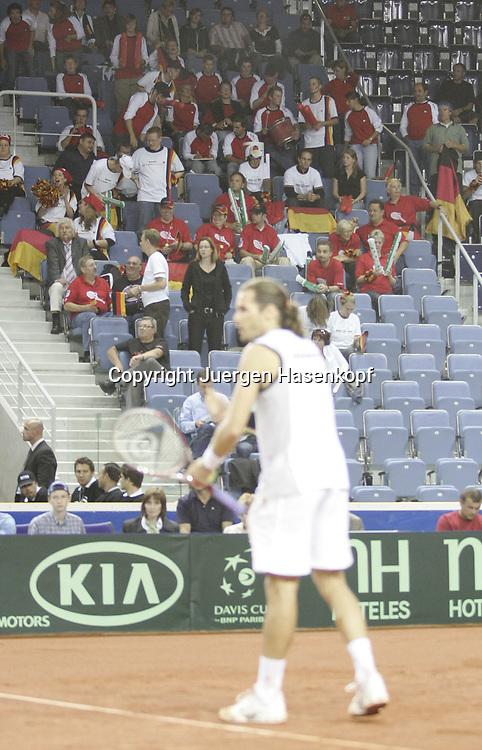 Sport, Tennis, Ausland, Davis Cup Begegnung  Tschechien gegen  Deutschland in der Tipsport Arena in Liberec, Deutsche Davis Cup Fans, Tommy Haas auf dem Platz, 25.09.2005.