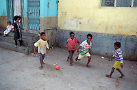 "Pakistan - ""Shiddis "", esclaves de l'empire des Indes - Province du Sind - Karachi - Quartier de Lyari, quartier pauvre à forte densité Shiddi - Le sport est un échapatoir possible à leur condition pour les Shiddis - Enfants Shiddi jouant au Football dans les rues du quartier // Pakistan, Shiddi, the black of Pakistan with African origine"