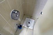 Frankrijk, Orange, 15-4-2012Een primitieve wc. Gat in de grond en gehurkt poepen.Soms nog in zuid of oost europa te vinden. Ook in noord afrika, turkije, en verder natuurlijk..Foto: Flip Franssen