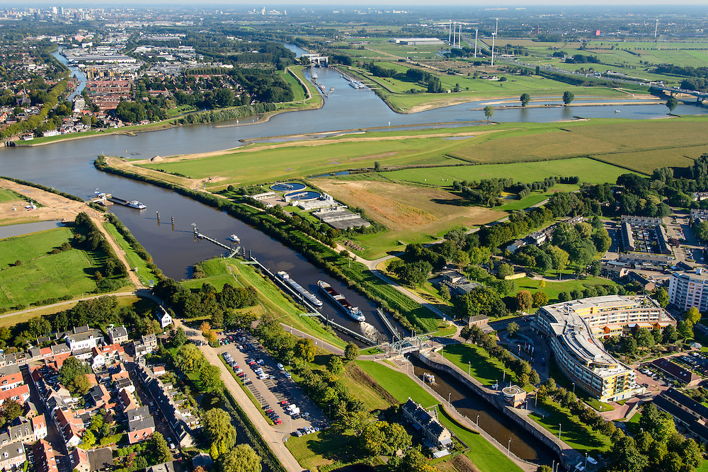 Nederland, Utrecht, Gemeente Vianen, 30-09-2015; rivier de Lek en sluis bij ingang Merwedekanaal. Lekkanaal en Beatrixsluis in de verte.<br /> <br /> River Lek and lock entering Merwede canal.<br /> luchtfoto (toeslag op standard tarieven);<br /> aerial photo (additional fee required);<br /> copyright foto/photo Siebe Swart