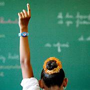 Rotterdam 01-01-2005 20050101.Allochtoon meisje steekt vinger omhoog in klas.foto david rozing
