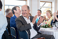 05 JUN 2018, BERLIN/GERMANY:<br /> Olaf Scholz, SPD, Bundesfinanzminister, applaudiert, Spargelfahrt des Seeheimer Kreises der SPD, Anleger Wannsee<br /> IMAGE: 20180605-01-150<br /> KEYWORDS: Applasu, klatschen, klatscht