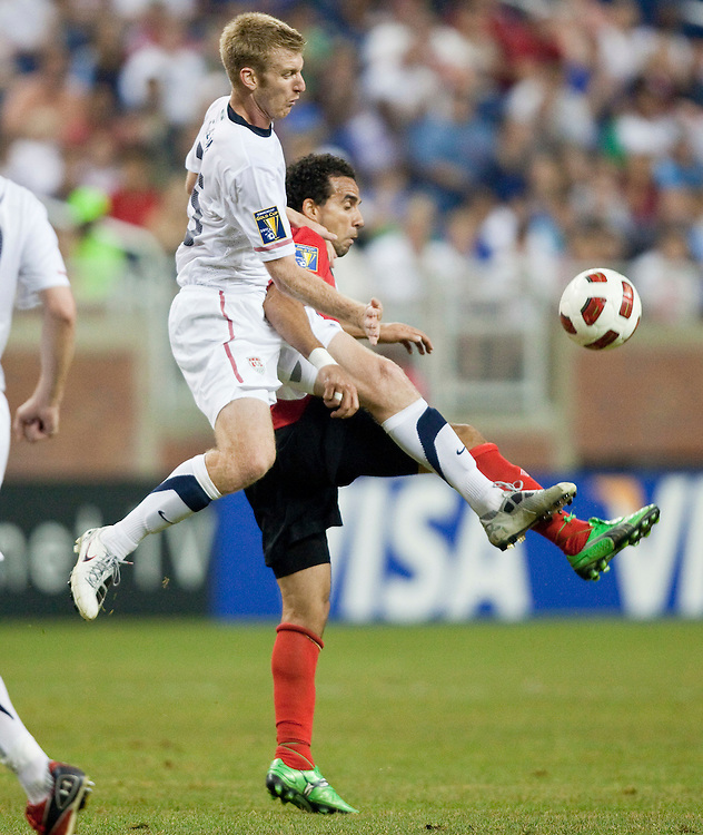 GR8007 -20110607- Detroit, Michigan,USA<br /> Tim Ream of the United States and Canada's Dwayne Derosario fight for the ball during their CONCACAF match at Ford Field in Detroit Michigan, June 7, 2011.<br /> AFP PHOTO/Geoff Robins