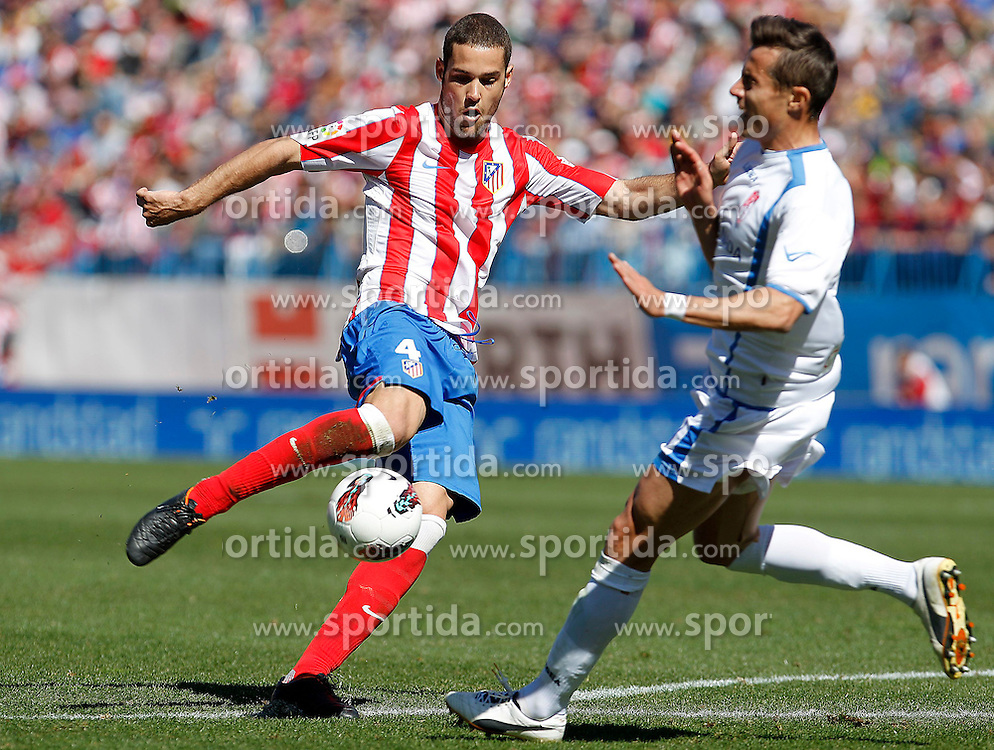 11.03.2012, Vicente Calderon Stadion, Madrid, ESP, Primera Division, Atletico Madrid vs FC Granada, 27. Spieltag, im Bild Atletico de Madrid's Mario Suarez (l) and Granada's David Cortes // during La Liga match.March 11,2012 during the football match of spanish 'primera divison' league, 27th round, between Atletico Madrid and FC Granada at Vicente Calderon stadium, Madrid, Spain on 2012/03/11. EXPA Pictures © 2012, PhotoCredit: EXPA/ Alterphotos/ Acero..***** ATTENTION - OUT OF ESP and SUI *****