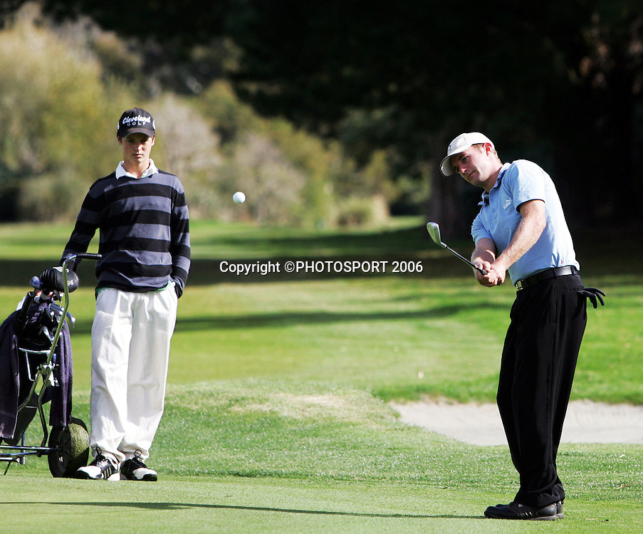 Shandon's Andrew Green chips on to the green during the 2006 New Zealand Mens Golf Amateur Championship final at Coringa Golf Course, Christchurch, on Sunday 9 April 2006. Green played Australia's Mitchell Brown. Photo: Tim Hales/PHOTOSPORT