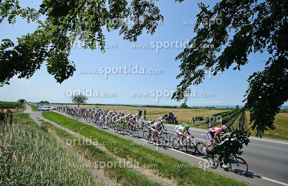 10.07.2011, AUT, 63. OESTERREICH RUNDFAHRT, 9. ETAPPE, PODERSDORF-WIEN, im Bild das Peloton nach dem Start in Podersdorf auf dem Weg nach Wien // during the 63rd Tour of Austria, Stage 8, 2011/07/10, EXPA Pictures © 2011, PhotoCredit: EXPA/ S. Zangrando