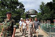 Nederland, Nijmegen, 17-7-2005..Vierdaagse, 4 Daagse. Op het kamp Heumensoord waar de militairen, soldaten ondergebracht zijn krijgen de buren uit de wijk Brakkenstein een rondleiding. PR landmacht, goodwill, voorlichting...Foto: Flip Franssen/Hollandse Hoogte