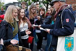 """Vor Beginn des """"Bürgerdialogs Standortsuche""""der """"Kommission Lagerung hoch radioaktiver  Abfallstoffe"""" haben die Bürgerinitiative Lüchow-Dannenberg und die Anti-Atom-Organisation .ausgestrahlt protestiert und auf das deutsche Atommüll-Desaster aufmerksam gemacht. Hier verteilt BI-Sprecher Wolfgang Ehmke an Schüler/-innen des Gymnasiums Lüchow, die von der Kommission eingeladen wurden. <br /> <br /> Ort: Berlin<br /> Copyright: Karin Behr<br /> Quelle: PubliXviewinG"""