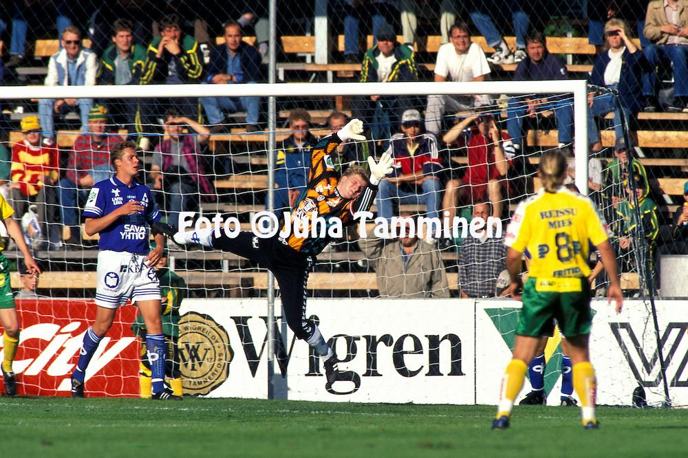 04.08.1996, Tampere..Veikkausliiga, Ilves v Rovaniemen Palloseura.Esa Viitanen RoPSin maalissa lent??, vasemmalla Mika Kottila..©JUHA TAMMINEN