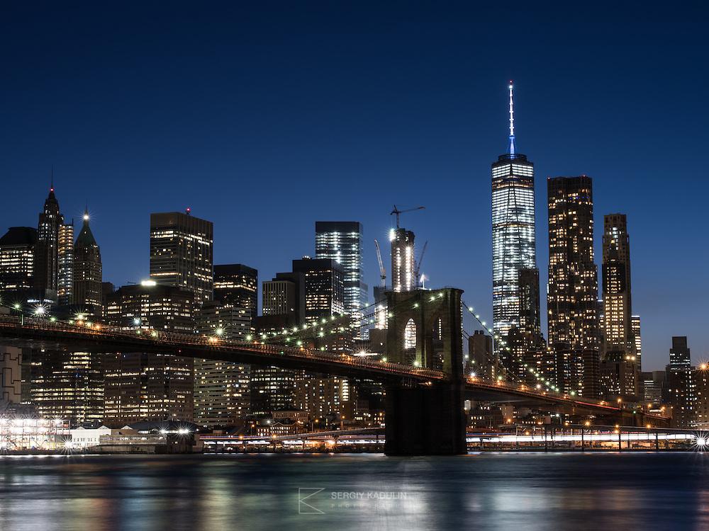 Panoramic image of Manhattan and Brooklin bridge.