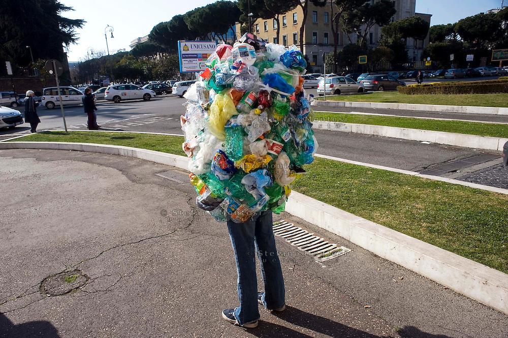 Roma 8 Marzo 2012 .Una scultura iperrealiste di Mark Jenkins, famoso urban artist americano con il progetto Living Layers in collaborazione con il MACRO (Museo dArte Contemporanea Roma).Piazzale Aldo Moro