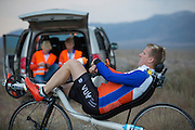 Robert Braam warmt zich op. Op maandagochtend vinden de kwalificaties plaats. Het team slaagt er door valpartijen niet in om de rijders en de VeloX V te kwalificeren. Het Human Power Team Delft en Amsterdam (HPT), dat bestaat uit studenten van de TU Delft en de VU Amsterdam, is in Amerika om te proberen het record snelfietsen te verbreken. Momenteel zijn zij recordhouder, in 2013 reed Sebastiaan Bowier 133,78 km/h in de VeloX3. In Battle Mountain (Nevada) wordt ieder jaar de World Human Powered Speed Challenge gehouden. Tijdens deze wedstrijd wordt geprobeerd zo hard mogelijk te fietsen op pure menskracht. Ze halen snelheden tot 133 km/h. De deelnemers bestaan zowel uit teams van universiteiten als uit hobbyisten. Met de gestroomlijnde fietsen willen ze laten zien wat mogelijk is met menskracht. De speciale ligfietsen kunnen gezien worden als de Formule 1 van het fietsen. De kennis die wordt opgedaan wordt ook gebruikt om duurzaam vervoer verder te ontwikkelen.<br /> <br /> The qualifying on Monday. The team didn't qualify due to crashes. The Human Power Team Delft and Amsterdam, a team by students of the TU Delft and the VU Amsterdam, is in America to set a new  world record speed cycling. I 2013 the team broke the record, Sebastiaan Bowier rode 133,78 km/h (83,13 mph) with the VeloX3. In Battle Mountain (Nevada) each year the World Human Powered Speed Challenge is held. During this race they try to ride on pure manpower as hard as possible. Speeds up to 133 km/h are reached. The participants consist of both teams from universities and from hobbyists. With the sleek bikes they want to show what is possible with human power. The special recumbent bicycles can be seen as the Formula 1 of the bicycle. The knowledge gained is also used to develop sustainable transport.