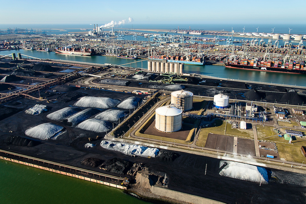 Nederland, Zuid-Holland, Rotterdam, 18-02-2015; Eerste Maasvlakte met aan de Mississippihaven Europees Massagoed Overslagbedrijf (EMO). Rechts de  Peakshaver van de Nederlandse Gasunie (installatie voor Liquefied Natural Gas LNG). Op het tweede plan APM Terminals.<br /> First Maasvlakte with the Mississippi harbour and European Massagoed Overslagbedrijf (EMO), dry bulk transhipment terminal. In the foreground installation for Liquefied Natural Gas LNG). <br /> luchtfoto (toeslag op standard tarieven);<br /> aerial photo (additional fee required);<br /> copyright foto/photo Siebe Swart