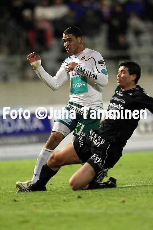 17.10.2010, Stadion, Lahti..Veikkausliiga 2010, FC Lahti - IFK Mariehamn..Lamar Neagle vie IFK Mariehamnin 1-0 johtoon, FC Lahden Tennant McVea on my?h?ss?..©Juha Tamminen.