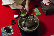La cérémonie du thé , chanoyu  - 茶の湯 (« eau chaude pour le thé ») est influencé par le bouddhisme zen. Le silence doit régner et les gestes sont précis. Le maître de cérémonie prépare le thé face aux invités. Ces gestes sont lents et méticuleux. Le macha, thé traditionnel est une poudre verte qui se mélange à l'eau avec énergie avec un outil en bambou en forme de fouet. Chabako (茶箱点) est appelé ainsi parce que l'équipement est pris dans une boîte spéciale (littéralement boîte à thé) et replacé dans celle-ci.